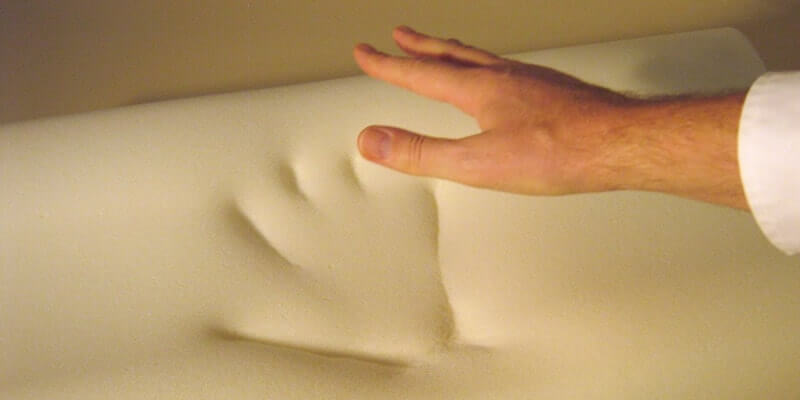 Een traagschuim matras heeft een hoog aanpassend vermogen.