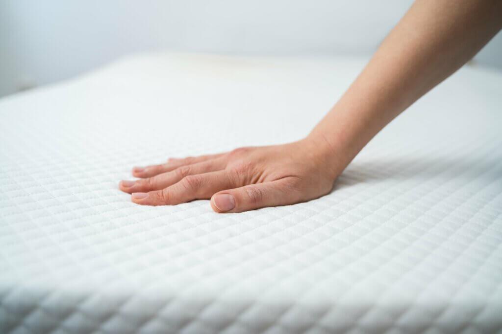 Hand op orthopedisch matras